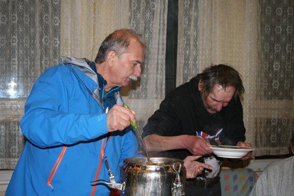 Primátor Pavol Bečarik servíroval silvestrovskú kapustnicu ľuďom bez domova.