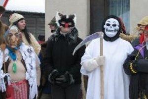 Účastníci fašiangového sprievodu v maskách urobili trojhodinovú obchôdzku po dedine.