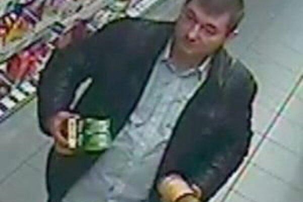 Polícia žiada občanov o pomoc pri stotožnení muža na obrázku zachyteného priemyselnou kamerou.