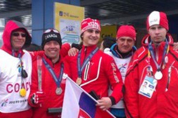 Jakub Kriššák (v strede) sa na úspechu slovenskej výpravy podieľal dvoma zlatými medailami. Získal ich v bežeckom lyžovaní.