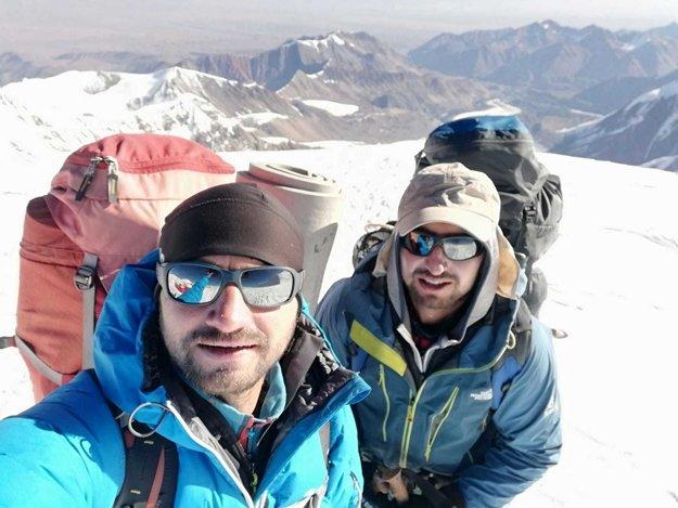 Jozef (vpravo) aTomáš Hewovci zMútneho vystúpili na vrchol Pik Lenina vPamíre.