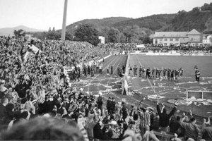 Oslavujúci Slovanisti. Štadión praskal vo švíkoch.
