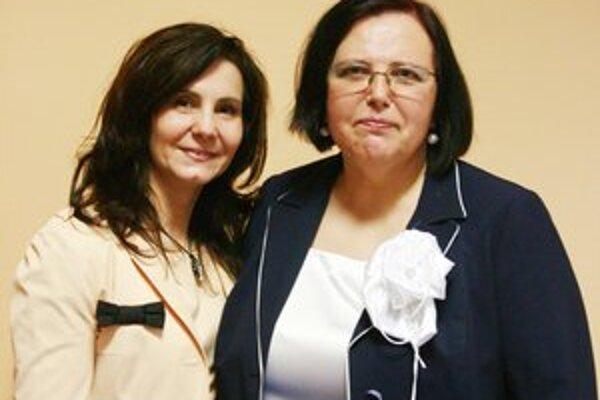 Helena Vyhničková Godnárová (vpravo) je toho príkladom. Na fotografii s Renátou Darmošovou, asistentkou hlavnej sestry nemocnice.