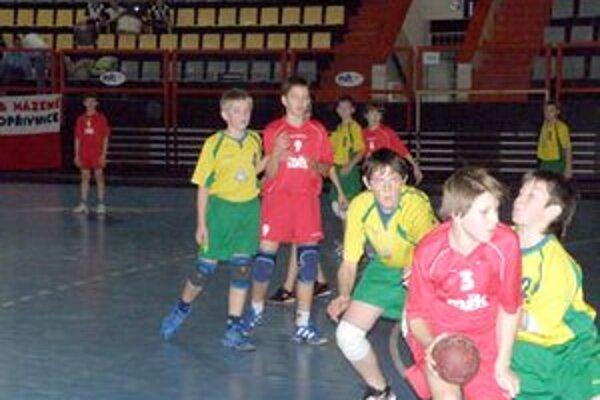 O prvenstvo medzi mladšími žiakmi bojujú Pov. Bystrica (v červenom) a Bojnice.