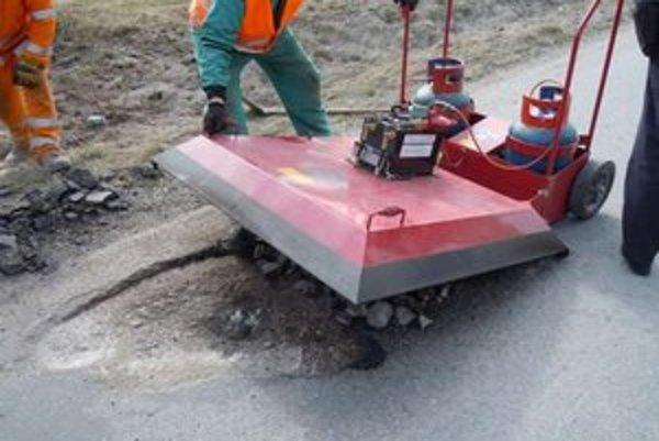 Liptovské cesty v správe Žilinskej župy opravujú špeciálnou technológiou pomocou infražiariča.