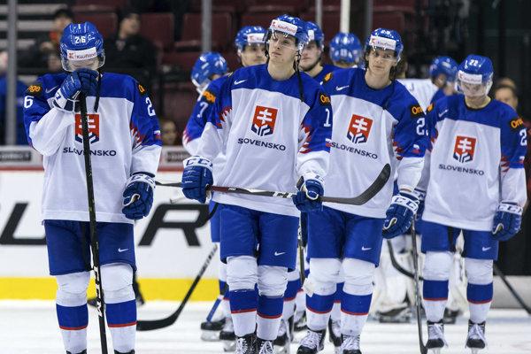 Slovenskí hokejisti zľava Miloš Roman, Miloš Fafrák, Michal Ivan a Adam Žiak reagujú po prehre 3:8 vo štvrťfinále MS hráčov do 20 rokov Slovensko - Rusko vo Vancouveri.