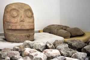 Do kameňa vytesaná podobizeň boha Xipe Toteca.
