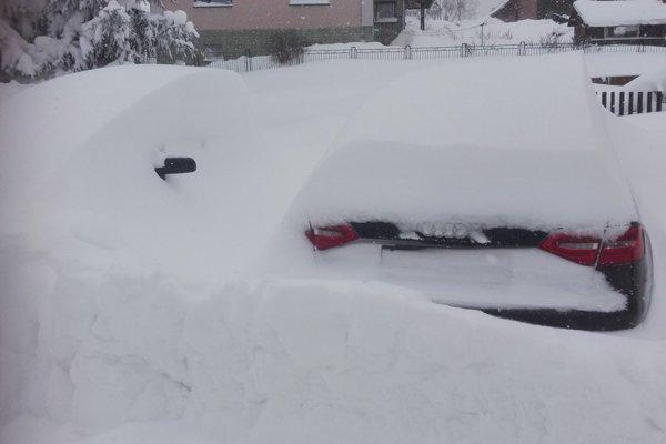 Autá v Ždiari úplne zasypal sneh.