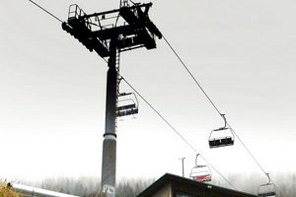 Predĺženú turistickú zjazdovku doplní aj nová šesťsedačková lanovka s celkovou dĺžkou približne dva kilometre.