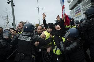 Strety žltých viest s políciou.