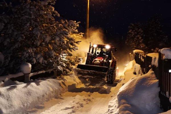S množstvom napadaného snehu sa pasujú aj v Skalitom.