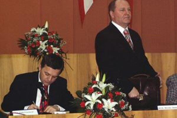 Bývalý primátor Ľuboš Lackovič (vľavo) a súčasný primátor Miroslav Adame. Súčasný štatutár mesta na súde tvrdil, že majetok samosprávy bol v minulosti predaný nevýhodne. Súd rozhodol, že zákon porušený nebol. Mesto sa proti rozhodnutiu  okresného súdu pra