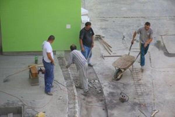 Rekonštrukcia bude pokračovať opravou podláh.