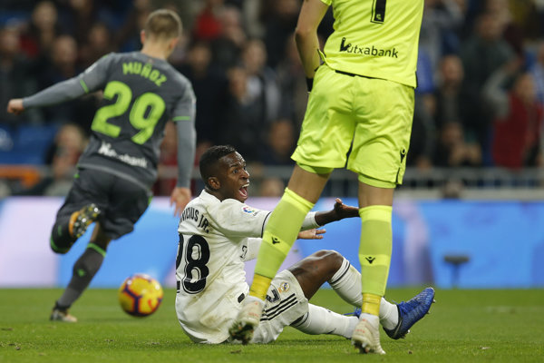 Po zákroku brankára San Sebastiánu Géronima Rulliho na Vinicia Juniora mala nasledovať penalta, zhodli sa odborníci.