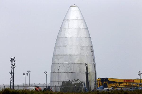 Fotografia pripravovanej testovacej lode Starship b Boca Chica v Texase.