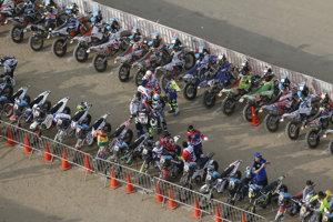 Účastníci v kategórii motocyklov počas slávnostného ceremoniálu pred štartom 1. etapy 41. ročníka Rely Dakar v Lime.