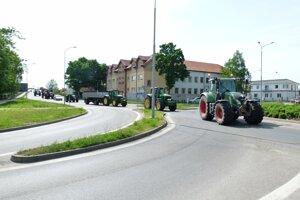 Farmári z Levíc a okolia sa pridali k celoslovenskému protestu a do ulíc vyšli na poľnohospodárskej technike.