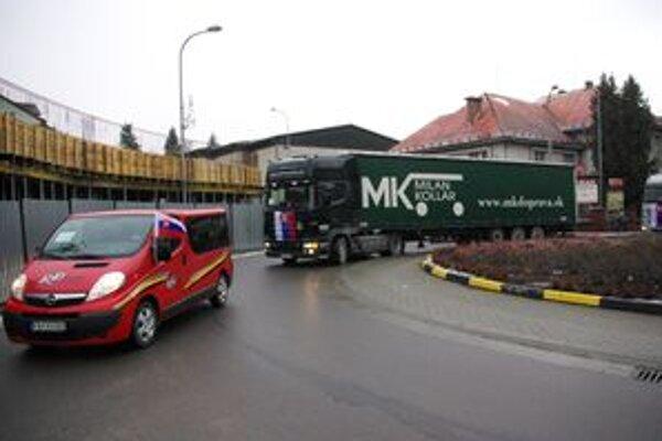 Kamióny prešli aj cez púchovské kruhové objazdy bez zbytočného zdržovania, na čo dohliadala polícia.
