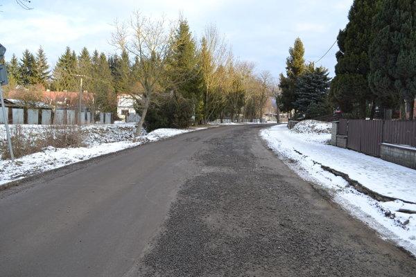 Cesta na Gaštanovú a Dubník pripomína tankodróm.