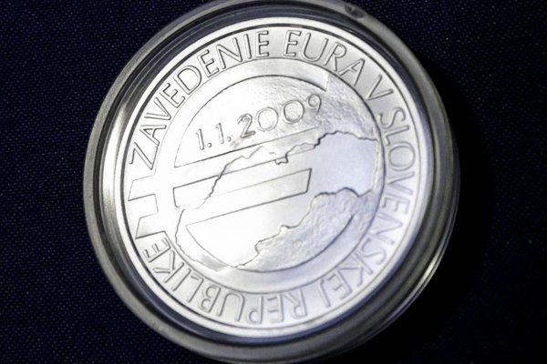 Na snímke rub striebornej zberateľskej mince, ktorú Mincovňa Kremnica vydala pri príležitosti 10. výročia zavedenia eura v Slovenskej republike.