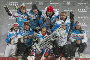 Petra Vlhová sa raduje so svojím tímom.