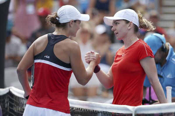 Simona Halepová (vpravo) sa musela skloniť pred Ashleigh Bartyovou.