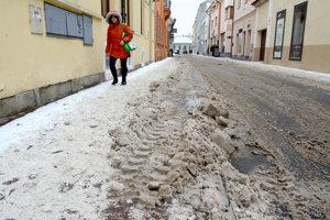 Košičanov hnevajú zasnežené chodníky.