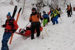 Lavínou zasypaného skialpinistu sa napriek veľkej snahe jeho kamarátov i horských záchranárov oživiť nepodarilo.