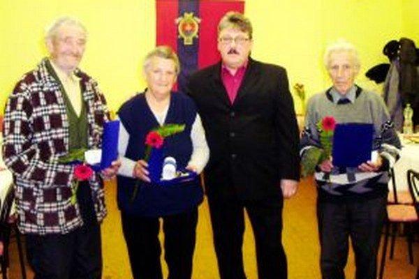 Karol Pastucha starší (zľava), Božena Hideghetiová,  starosta obce Š. Firášek a František Malatín.