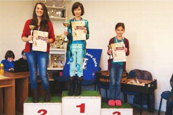 Dievčatá na stupni víťazov.
