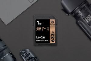 Jednoterabajtová pamäťová karta od spoločnosti Lexar.
