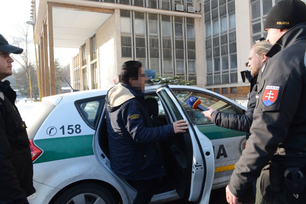 Bahram S. sadal do policajného auta spokojný.