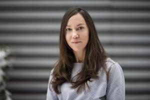 Jana Bašnáková (39) študovala psychológiu na Univerzite Komenského v Bratislave a kognitívnu neurovedu v holandskom Nijmegene, kde sa venovala aj výskumu na Inštitúte Maxa Plancka pre psycholingvistiku. Momentálne pôsobí v Ústave experimentálnej psychológie CSPV SAV a prednáša vývinovú psychológiu na FSEV UK. V novembri jej spolu s Janou Zemandl a Evou Vavrákovou vyšla kniha o výchove detí do jedného roka založená na výskumoch Psychológia pre milujúcich rodičov.