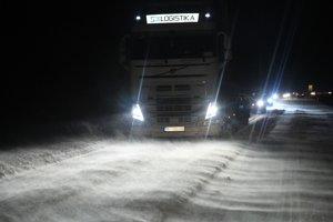 Na snímke snehové jazyky a záveje na ceste, ktoré komplikujú dopravu so silným vetrom v okrese Michalovce pri obci Trhovište.