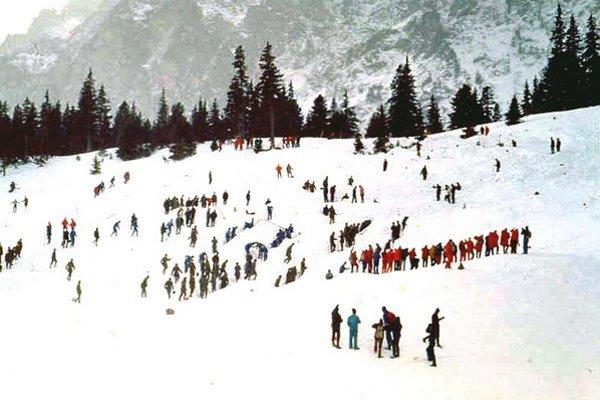 Lavína sa uvoľnila na svahu medzi vrcholmi Patrie (2 203 m n. m.) a Malej Bašty (2 288 m n. m.) tesne pod sedlom nad Skokom smerom do Mengusovskej doliny. Je to síce lavínový svah, no s ojedinelým výskytom podobných lavín. Na svahu padne raz za 30 rokov.