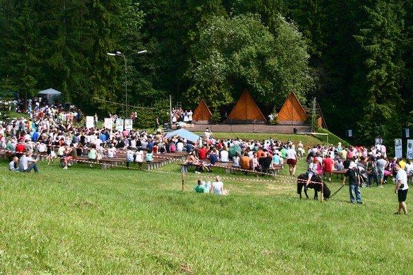Pod Likavským hradom mohli návštevníci dosiaľ vidieť pásma bojových scén, ohňovú šou, prehliadku stredovekého vojenského tábora. Lákadlom na návštevu areálu je aj každoročne organizovaný detský folklórny festival s celoštátnou pôsobnosťou, ale aj Hasičské