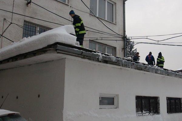 Pri odpratávaní snehu pomáhajú aj hasiči.