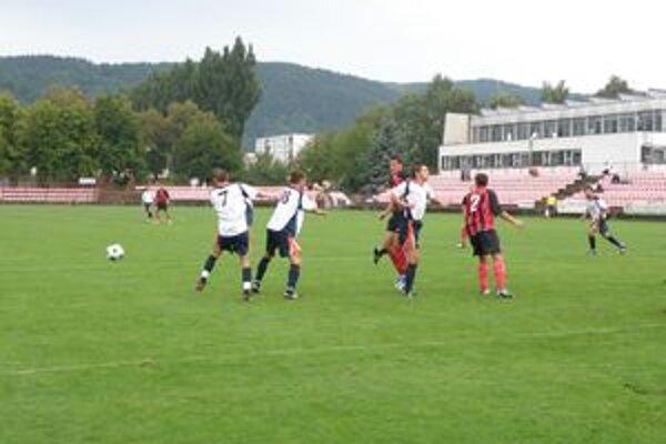 Riška (vpravo v červenom č. 2)dal prvý gól Púchova v L. Mikuláši.