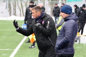FC ViOn nastúpil prvýkrát pod vedením Karola Praženicu. Vpravo jeho asistent Branislav Mráz.