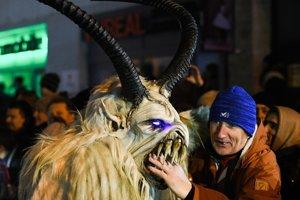 Pochod čertov v Piešťanoch rozdelil verejnosť.