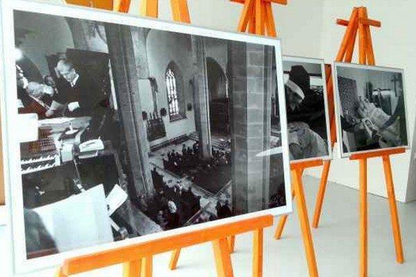 Peter Sedlák vystavuje fotografie ľudí,  ktorí sú bližšie k Bohu, napríklad miništrantov alebo ľudí, ktorí sa modlia.