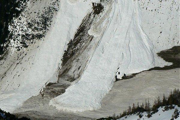 Tony snehu a zlámaných stromov po páde lavíny v Žiarskej doline odpratávali dlho. Časť cesty, ktorou chodili turisti na Žiarsku chatu lemovali viac ako trojmetrové steny zo špinavého snehu a stromov. Nákladné auto s veľkou lyžicou po kúskoch odoberalo z m