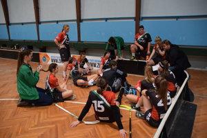 Dievčatá zČadce počúvajú taktické pokyny trénera Petra Jurgu.
