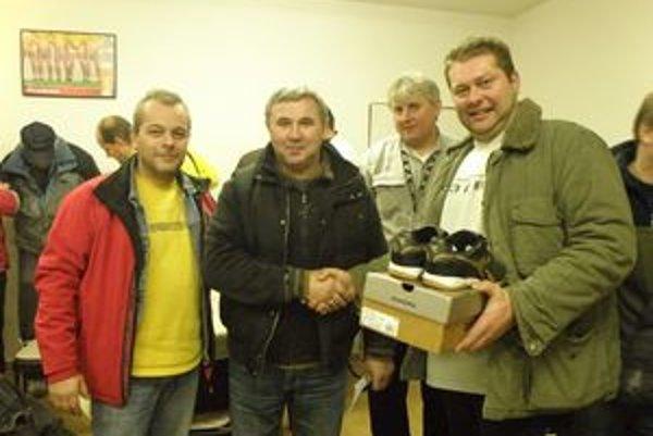 Druhý zľava Jozef Mamis blahoželá najlepšiemu strelcovi turnaja Tiborovi Čelkovi (vpravo).