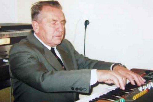 Ako organista pôsobí v Zbore pre občianske záležitosti pri obecnom úrade od roku 1960.