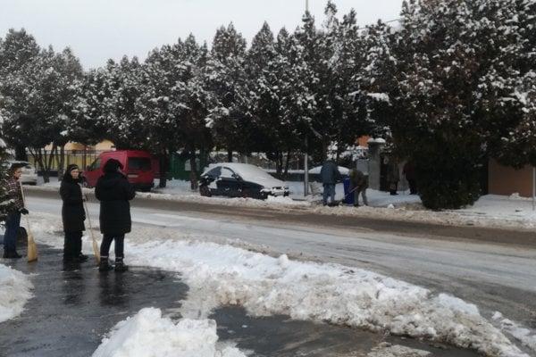 Aktivační pracovníci odhŕňali vŠali sneh zchodníkov.