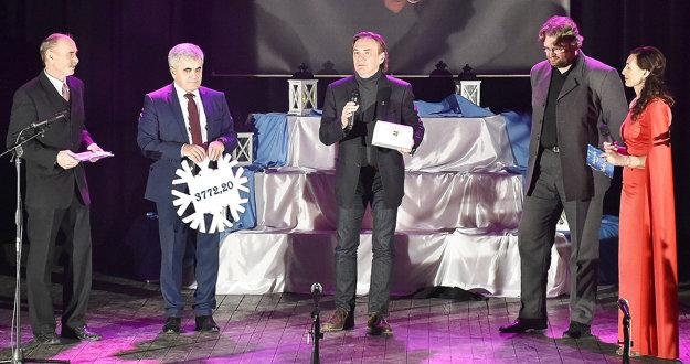 Symbolický šek od starostu Albína Maslaňáka (druhý zľava) prebral riaditeľ Hornooravskej nemocnice Marian Tholt (v strede).