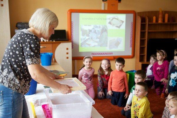 Výrobu papiera deťom ukázali učiteľky. Potom spolu vytvárali rôzne výrobky