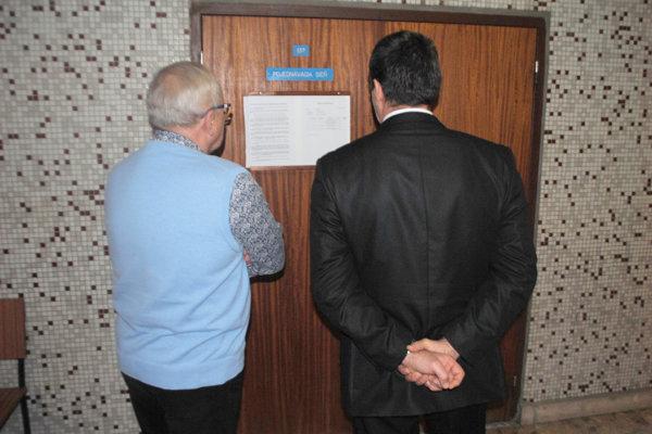 Pred pojednávaním na súde. Vľavo obhajca Vanko, vpravo jeho klient.