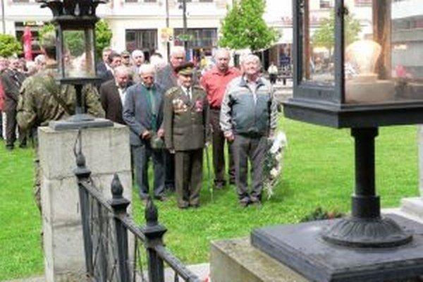 Pri pamätníku si uctili padlých v druhej svetovej vojne zástupcovia mestskej samosprávy, štátnej správy s predstaviteľmi strán a odbojárov.